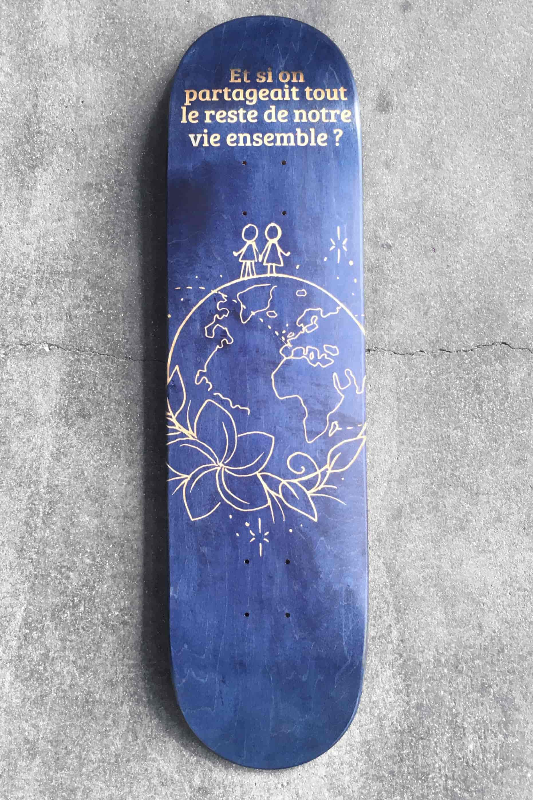 The result of the engraving on the skate deck: the oblique lines haven't been engraved.