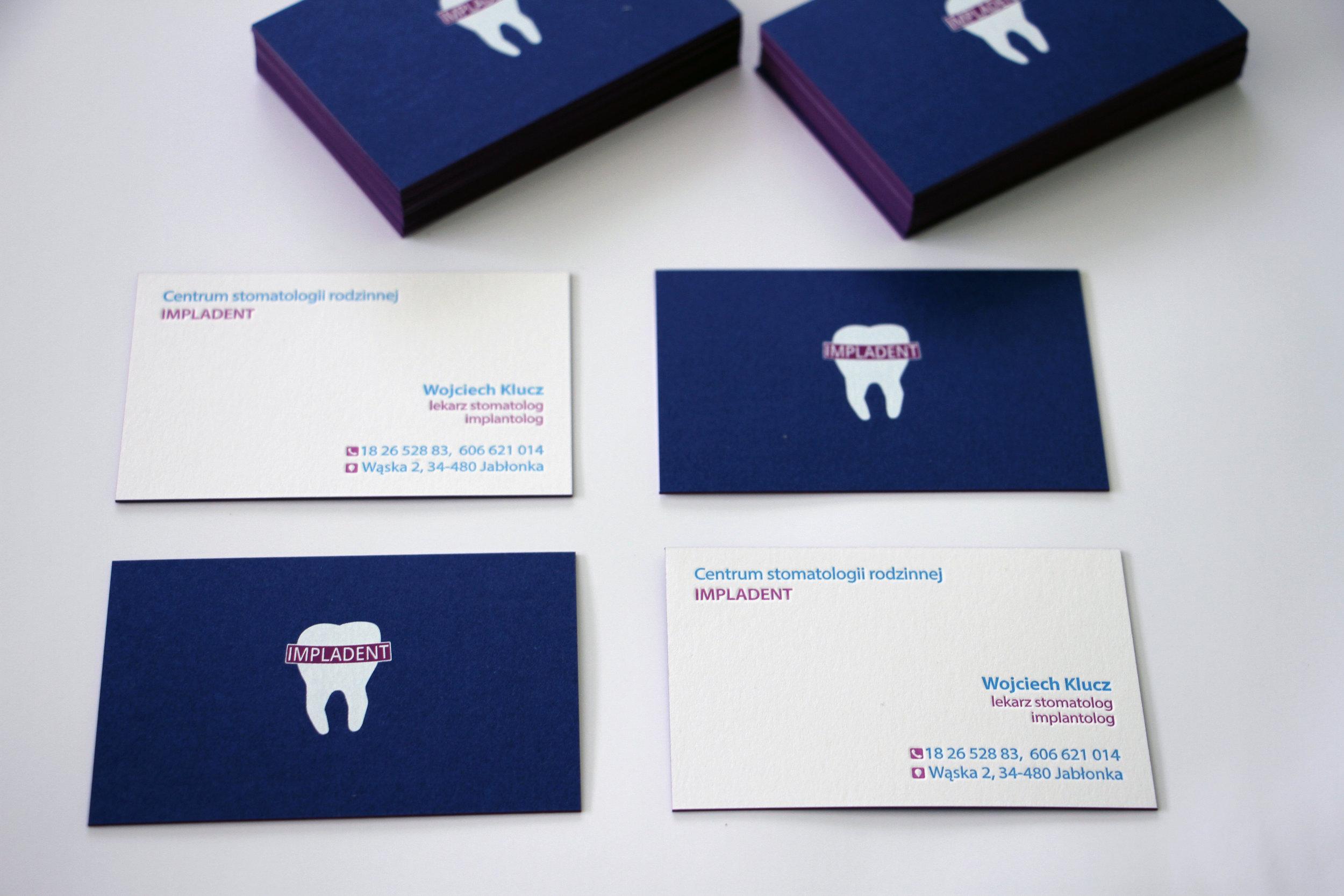Projekt + wydruk wizytówek 85x54mm, papier kaszerowany Royal Blue oraz Absolute white 300g + letterpress 2 kolory pantone + krawędziowanie. Rewrs sitodruk
