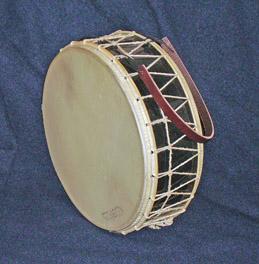 Middelaldetromme af  PJ-Percussion  (Danmark).Tabor by  PJ-Percussion  (Denmark).