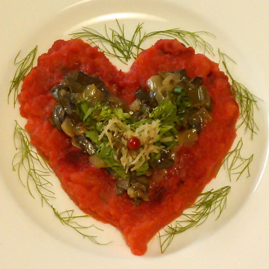 stuing.av helgens soppfangst, fåresopp piggsopp og to kantareller ligger på toppen av rotstappe. Salat, urter,melkesyregjæret og et tyttebær er de neste lagene i hjertet.