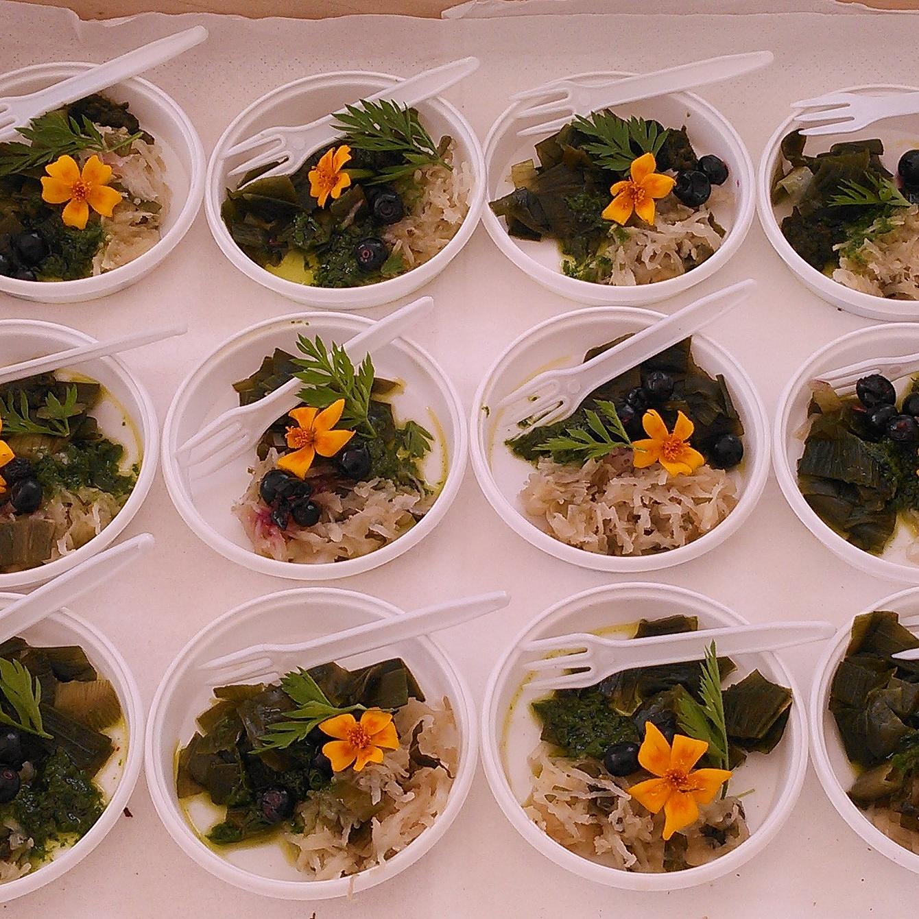 Smaksprøver på melkesyregjæret 1. rotgrønnsaker krydret med brennesle, 2. løkstilker, 3. ramsløk og 4. blåbær. Servert sammen med ramsløkolje, gulrotgress og blomst av kryddtagetes