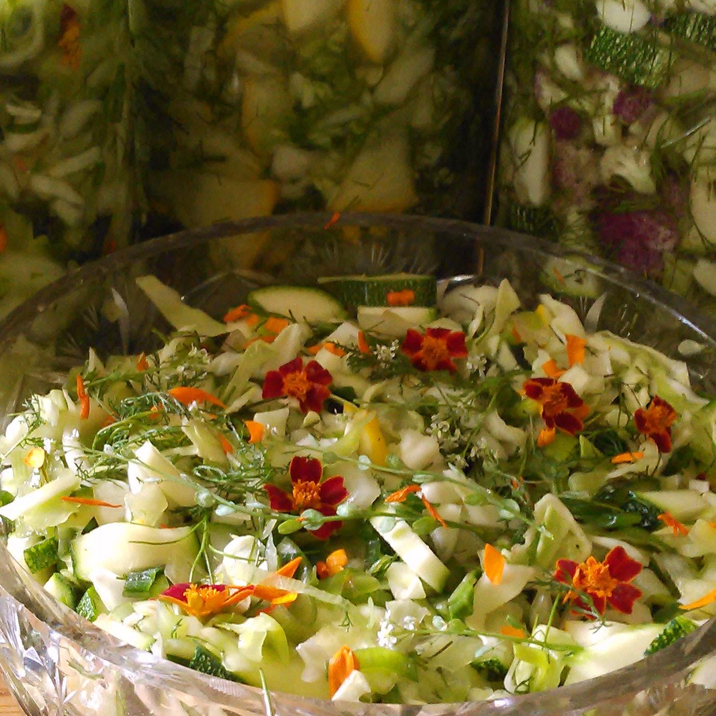 ryllik og blomster er ingredienser i både melkesyregjærings glassene og dagens salat