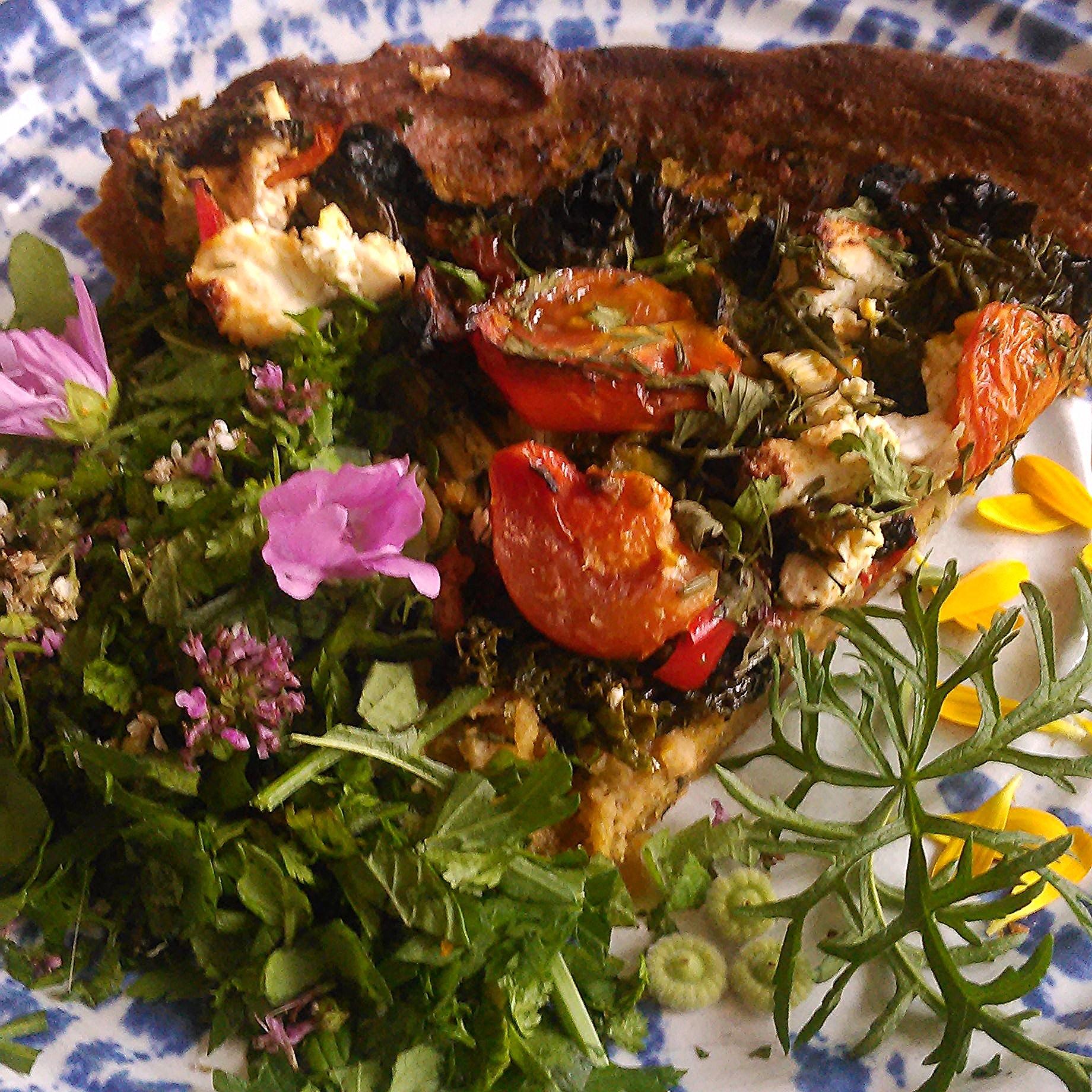 Utes fantastiske pai med bunn av emmer og kikkert mel og fyll med tomat, fetaost og grønnsaker. Servert med salat, kløver, bergmynta,kattost og ryllik og blomster av de samme vekstene og litt ringblomst.