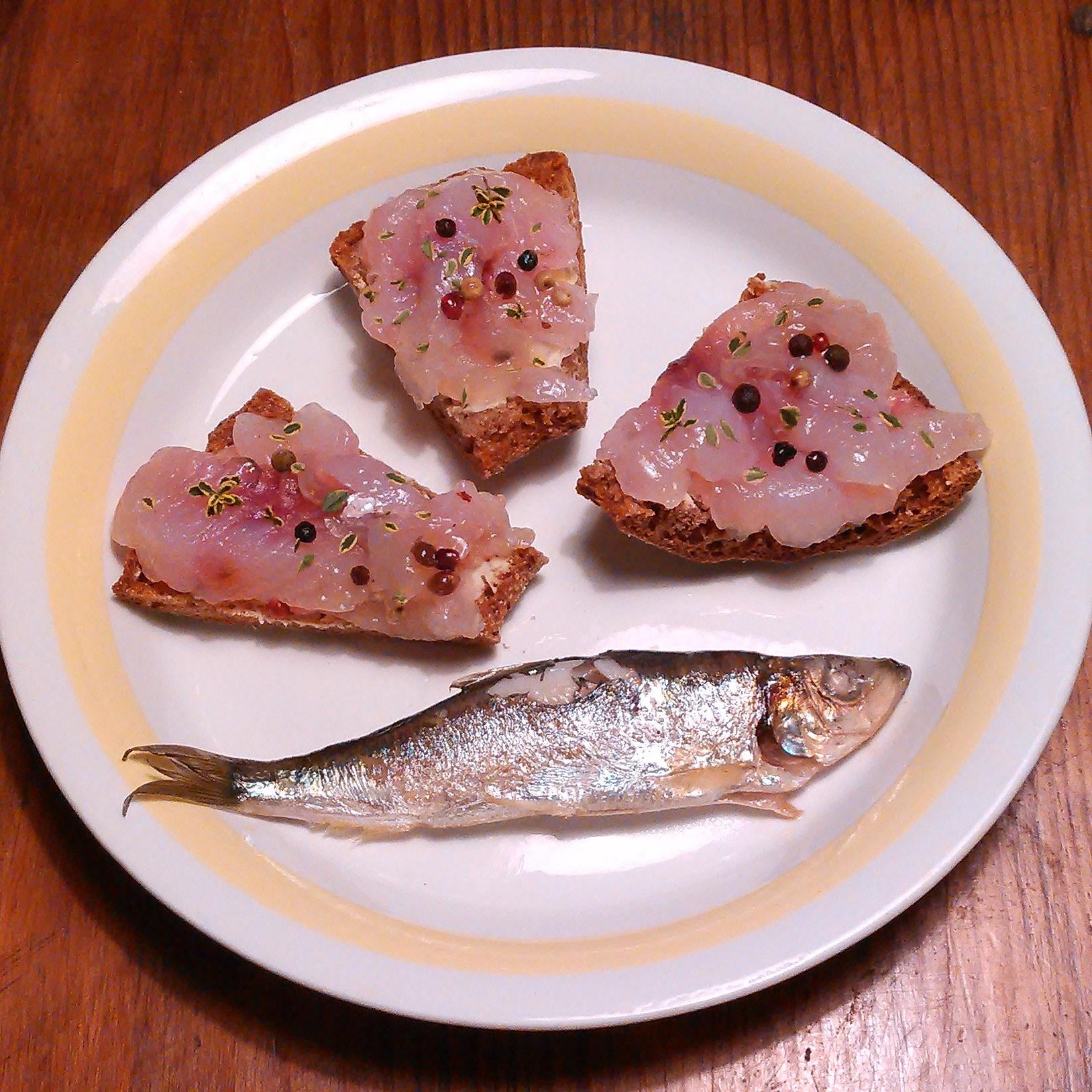 Selvfisket og gravet sik og stekt strømming nytes i den finske skjærgården. Litt einebær topper det hele.