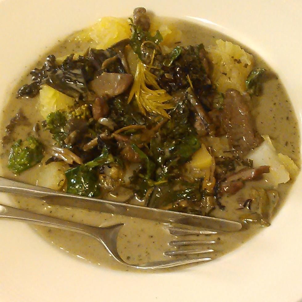 Traktkantarell, lam og grønnsaker smaksatt med en stor skje granskudd og ramsløk i olivenolje og en krydderblanding med bl.a bjørkeblad og ramsløk