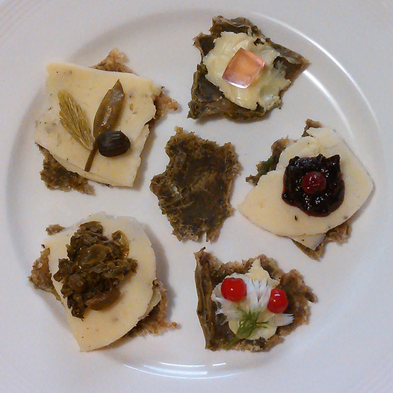 Ramsløksuppe dehydrert til snacks kan spises som de er eller brukes som knekkebrød. Her med pålegg av !) ost og melkesyregjærede villeveksterblanding 2)ost og ramsløkknopp,granskudd og løvetannknoppkapers 3) smør og geitramsgele 4) ost og krekling-aronia syltetøy 5)smør,rognebær og ramsløkblomster. Dette må oppleves <3