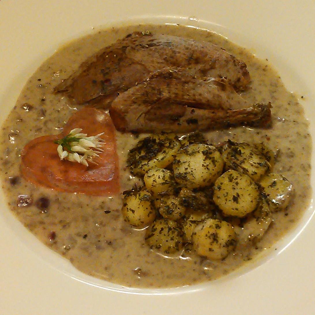 Rype og saus krydret med viltfrafjellet, fjellmarikåpe, fjellbjørk, musøre. Servert med geitramsgele og stekt pastinakk,brennesle blanding.