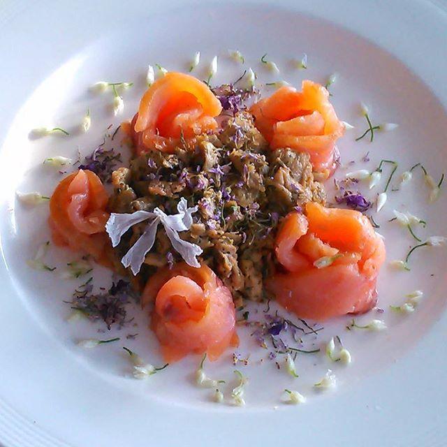 Dagens lunsj er røkt villlaks og brennesle eggerøre. På toppen spiseligeblomster av egkarse,geitrams, ramsløk og kattost.