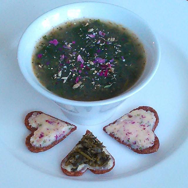 Meldestokk suppe med blomsterkrydderblanding av rose, hyll, ryllik, kløver og mjødurt. Knekkebrød med brennesle i deigen og rose, grobladsmør og en med melkesyregjæret villeveksterblanding.