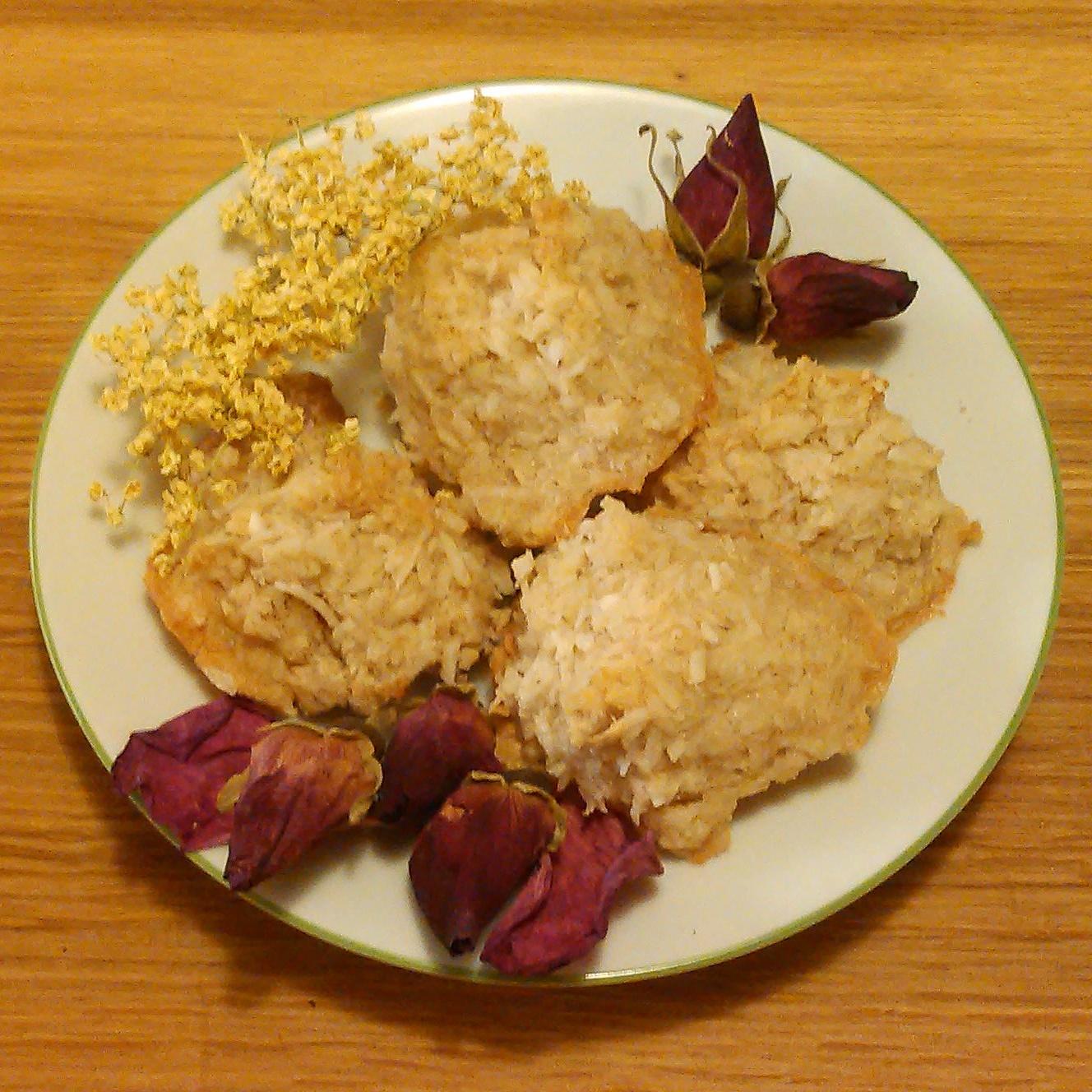Kokostopper med rosekronblader i deigen nytes idag med en kopp rose og hylleblomst te.