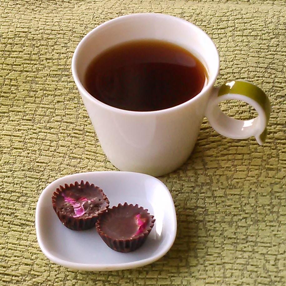 En kopp chagate og rosesjokolade, søtet med innkokt bjerkesevje.