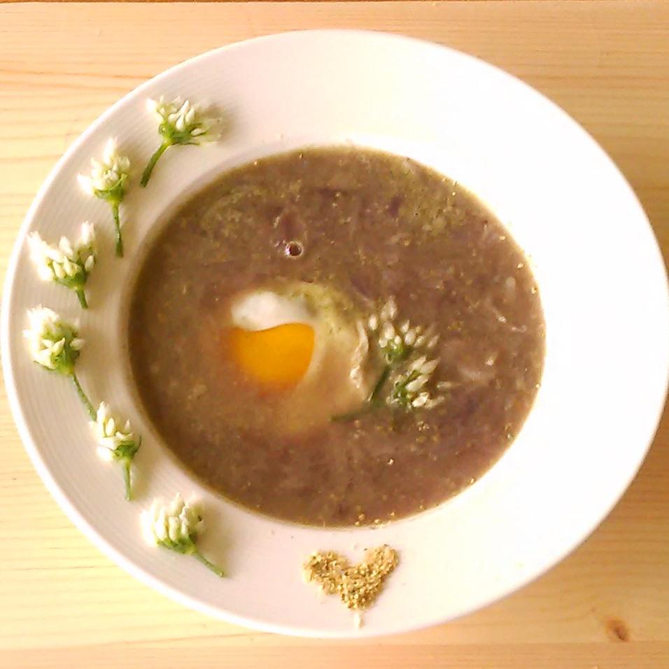 Mjødurt og stekt løk er en fantastisk kombinasjon. Idag ble dette utgangspunktet til en suppe laget videre med deilig elgkraft, ramsløksalt og med ett posjert egg. Ramsløkblomster fra fryseren og et hjerte av tørket mjødurtblomst som spiselig dekorasjon.