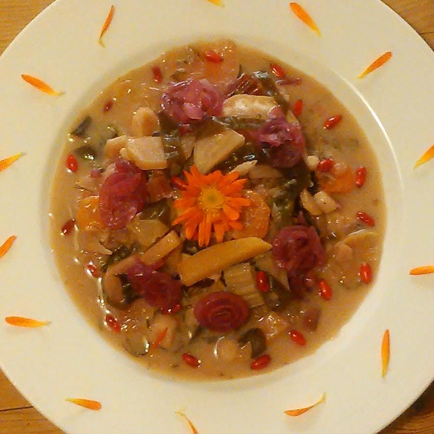 Sursøt middag med kokt spelt, rotgrønnsaker, vingetang, russekålrot, sisselrot, kombuchaeddik av hylleblomst og kløver, berberisbær og melkesyregjæret rødløk. Veldig godt!