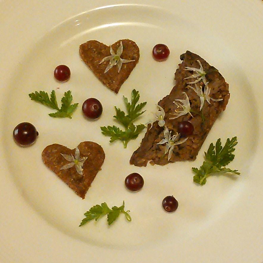 Eikenøtt og traktkantarell pate servert med tranebær og ramsløkblomster.
