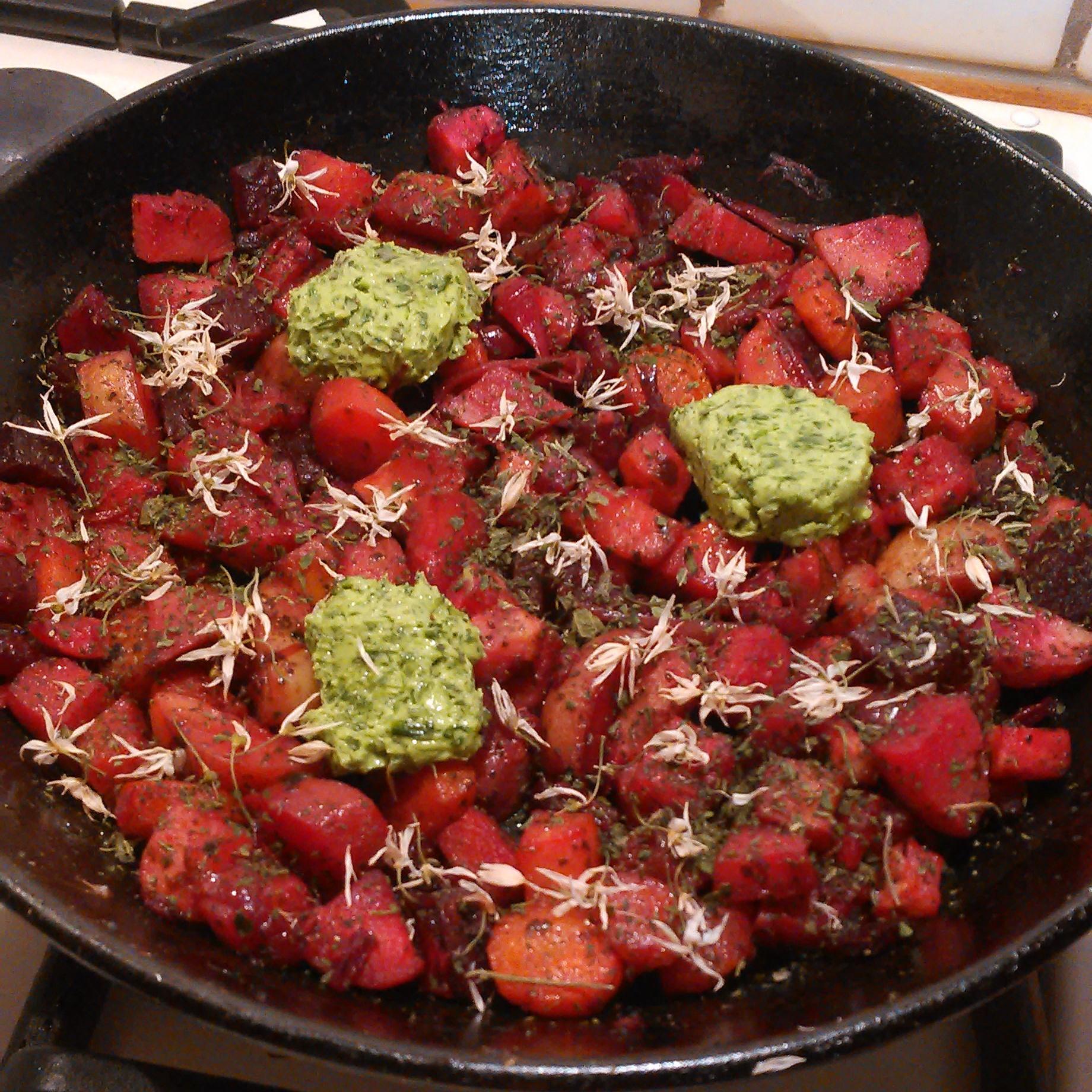 Igår spiste vi ovnsgrønnsaker krydret med sunnhetsdryss, som er en blanding av masse ville vekster og ekstra mye brenneslefrø,ryllik og bergmynta . Idag ble dette varmet opp med ekstra ramsløksmør, tørket ramsløkblomster og brennesle