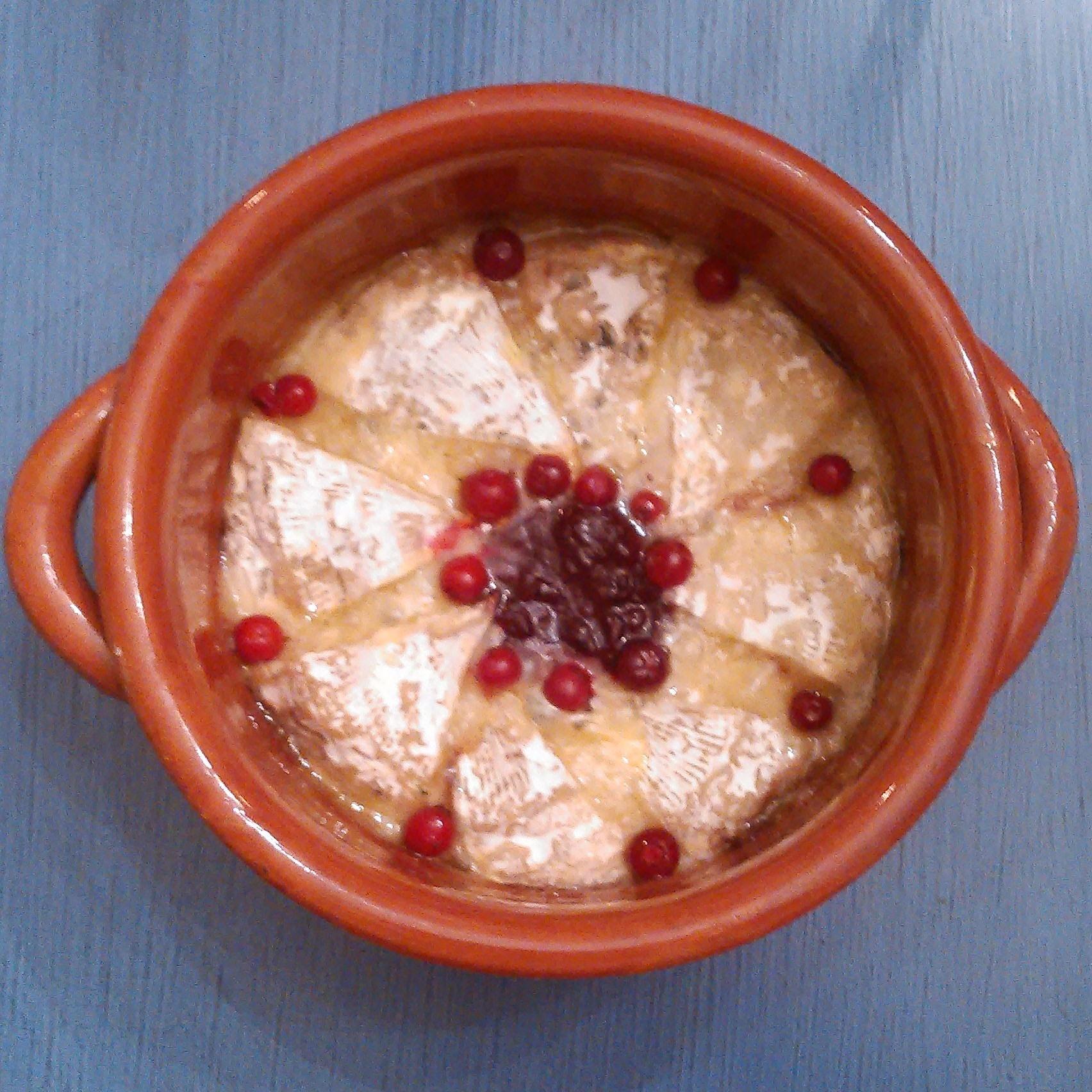 Lørdagskos med smeltet ost, tyttebærsyltetøy og tyttebær.