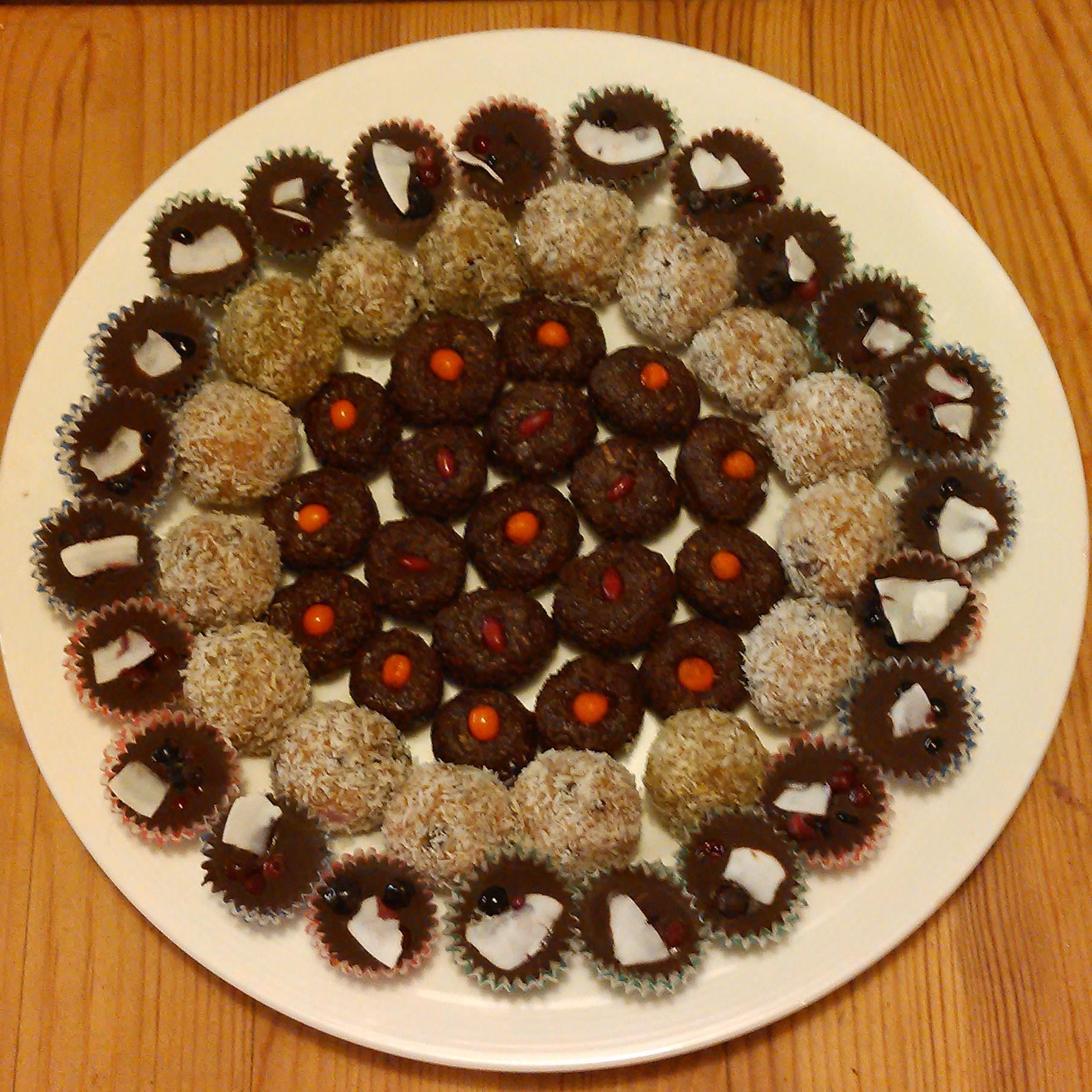 Rawgodterier med spanskkjørvelsukker, granskuddssirup, rosesaft, rosekronblader, og bær av tindved, berberis, blåbær og tyttebær.
