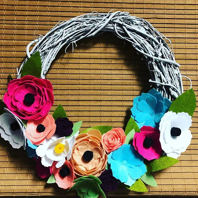 I was determined to use every flower. Every. Single. One. 🌸💐🌺 What decor will you make for spring with your @officialcricut Maker? #gabwithgaby #handmade #diy #floral #flower #felt #imadethis #crafts #hobbies #cricut #decor #wreath #spring #design