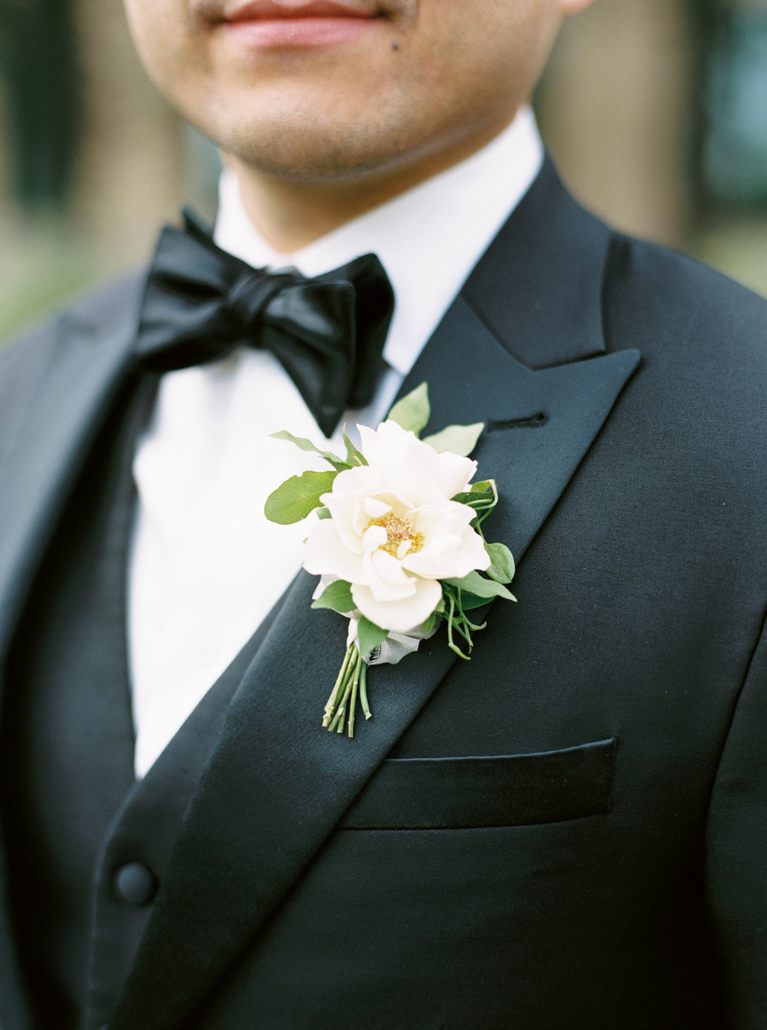groom-boutonniere-with-white-flower.jpg