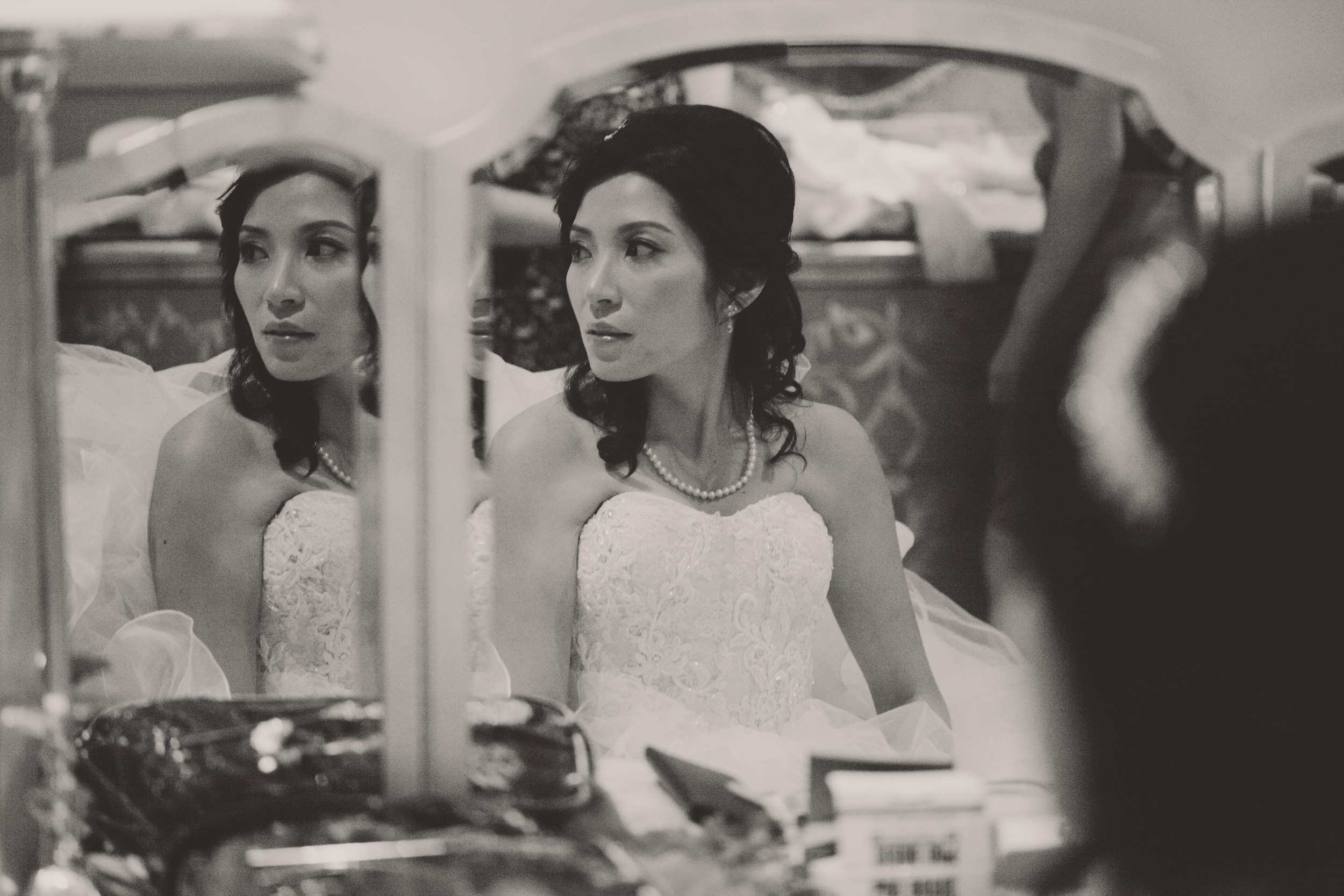 beautiful bride reflection in bridal suite at the inn at new hyde park