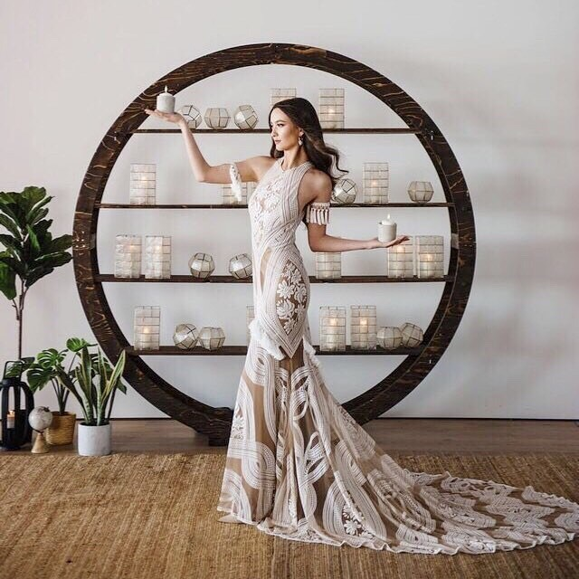 TERRA COTTA CRUSH was the vision for this styled shoot flawlessly produced by @kawanodecordesign  Co-designer @de_lux_art @cahootscreative  Circle arch with shelves making its debut 👌  Print editorial feature in @wedluxe . . . . #styledshoot #eventdesign #decor #weddinginspo #weddingdesign #cahootscreative #vancitywedding #yvrwedding