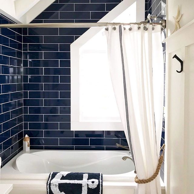 Well....I'm slowly getting back into the swing of things after an IG break (I apparently missed an outage?🤷🏼‍♀️😂)and I'm greeted with this gorgeous coastal bathroom by @kerripopofprettyblog!😍🌊 Her account is one of my favorites to follow, so if you're a lover of the no-fuss coastal blue and white style, go give her a follow!😍🙌🏻 xo, Anneke . #coastalinteriors #coastalcottage