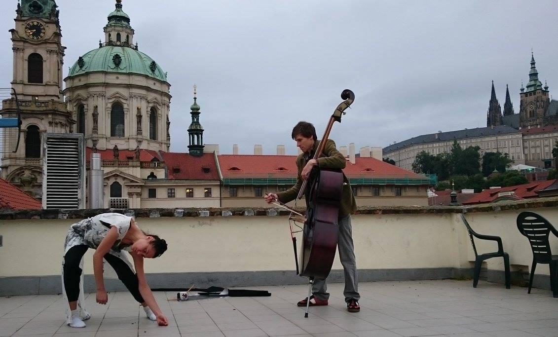 Lola a já_Malostranská střecha 3.jpg