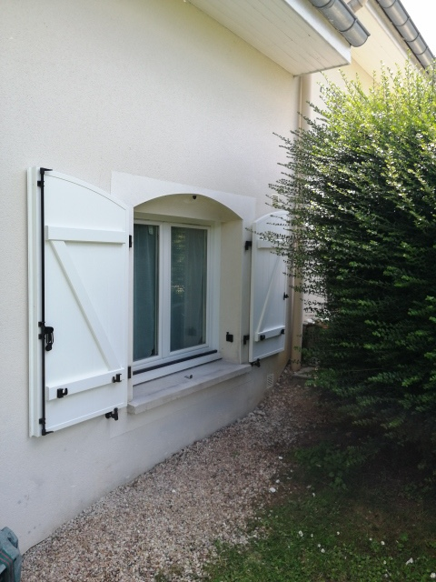 Volet battant pour fenêtre cintré suivant linteau lorrain