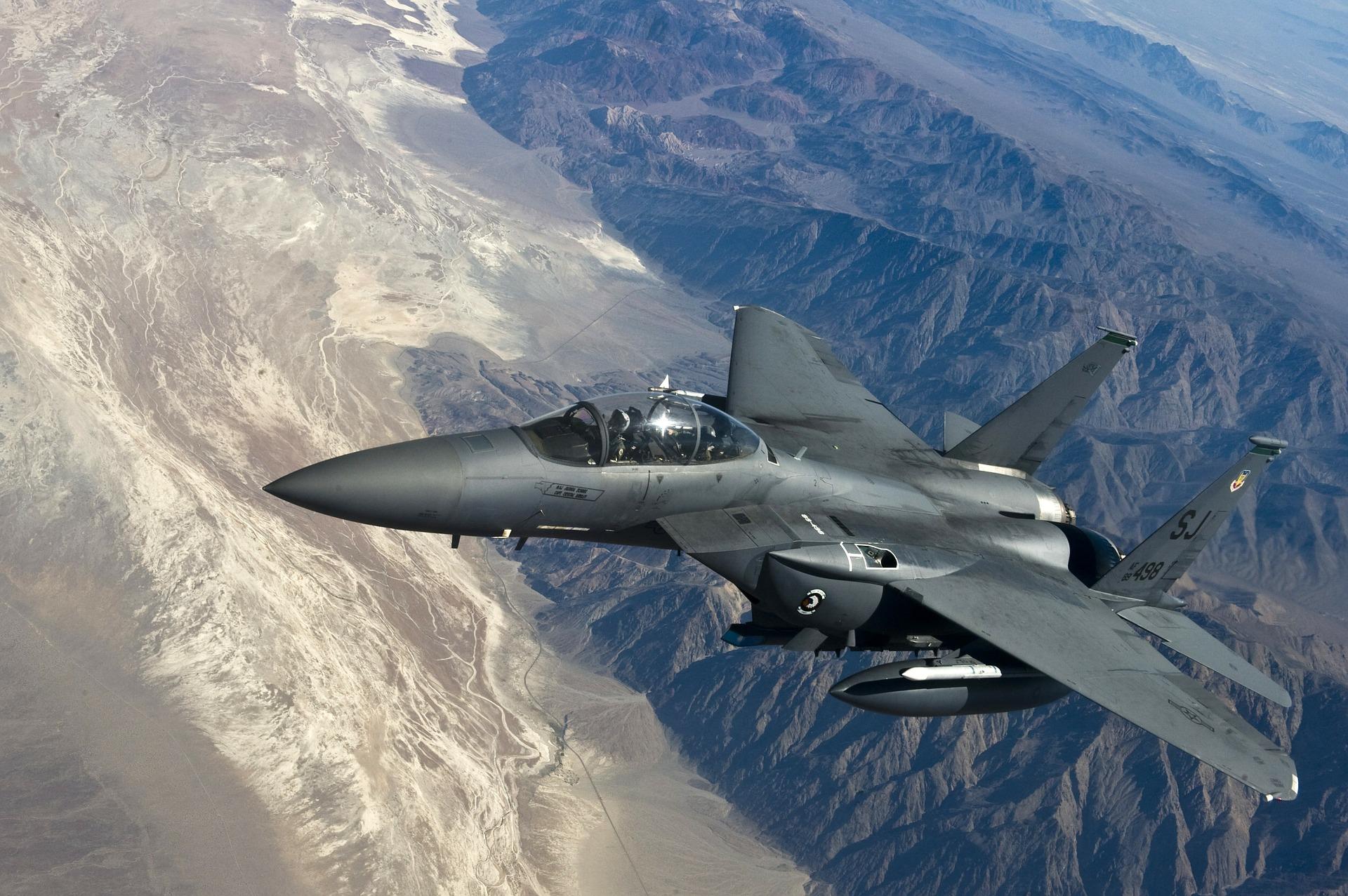 fighter-jet-63090_1920.jpg