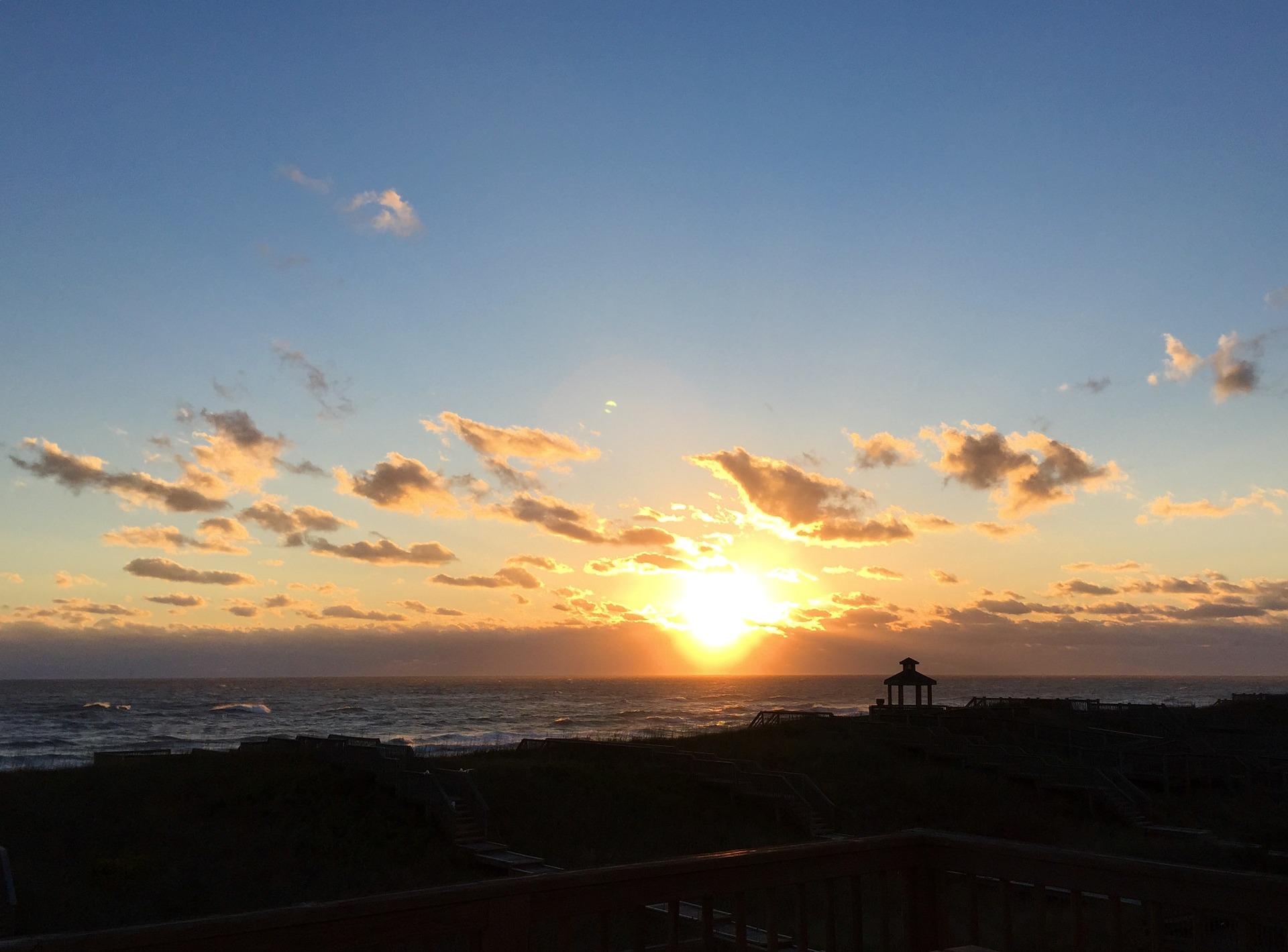 sunrise-2371707_1920.jpg