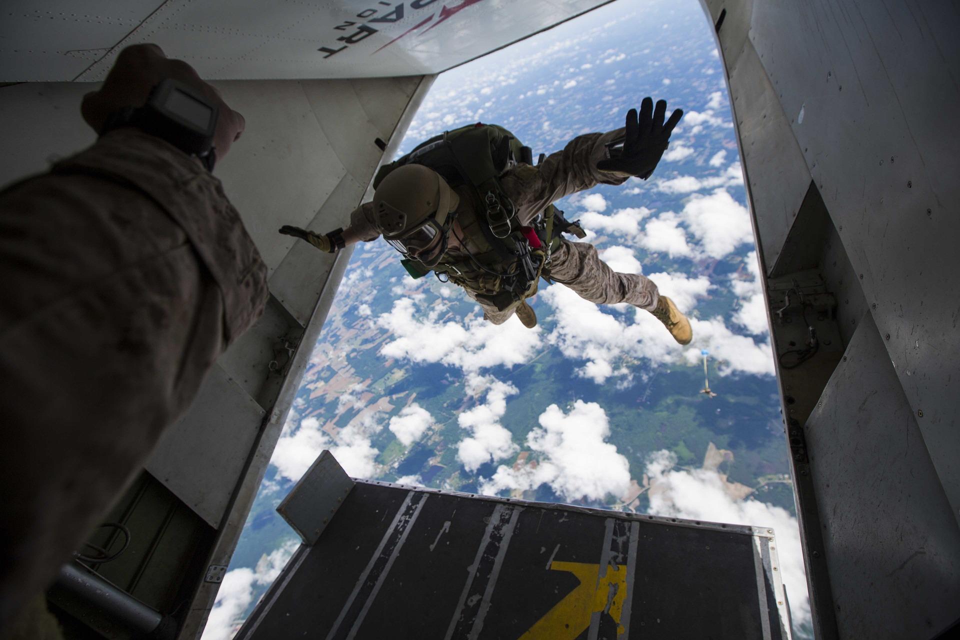 skydiving-811876_1920.jpg