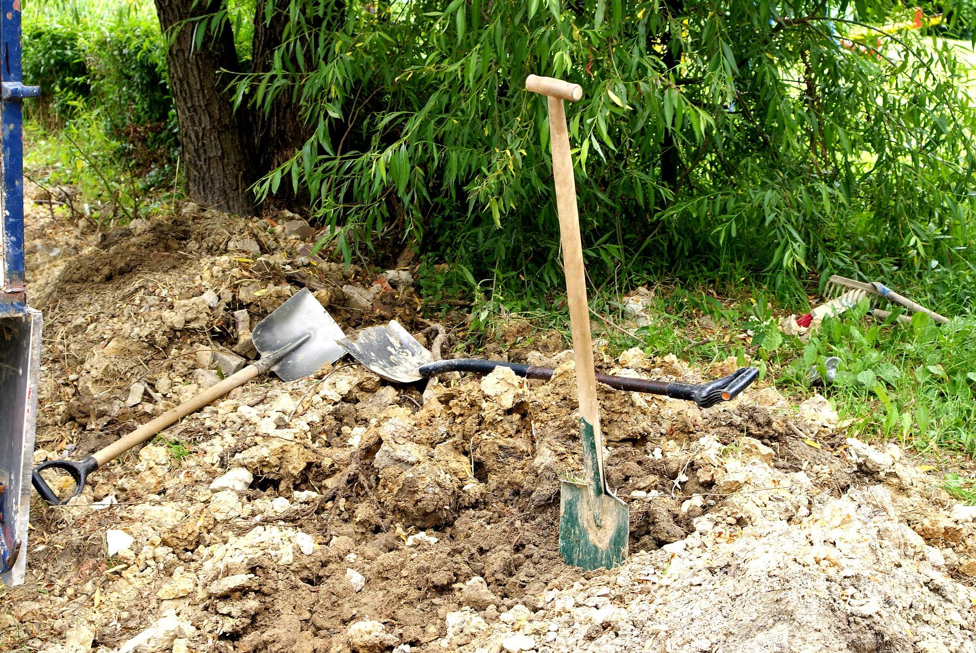 shovels-1690786_1920.jpg
