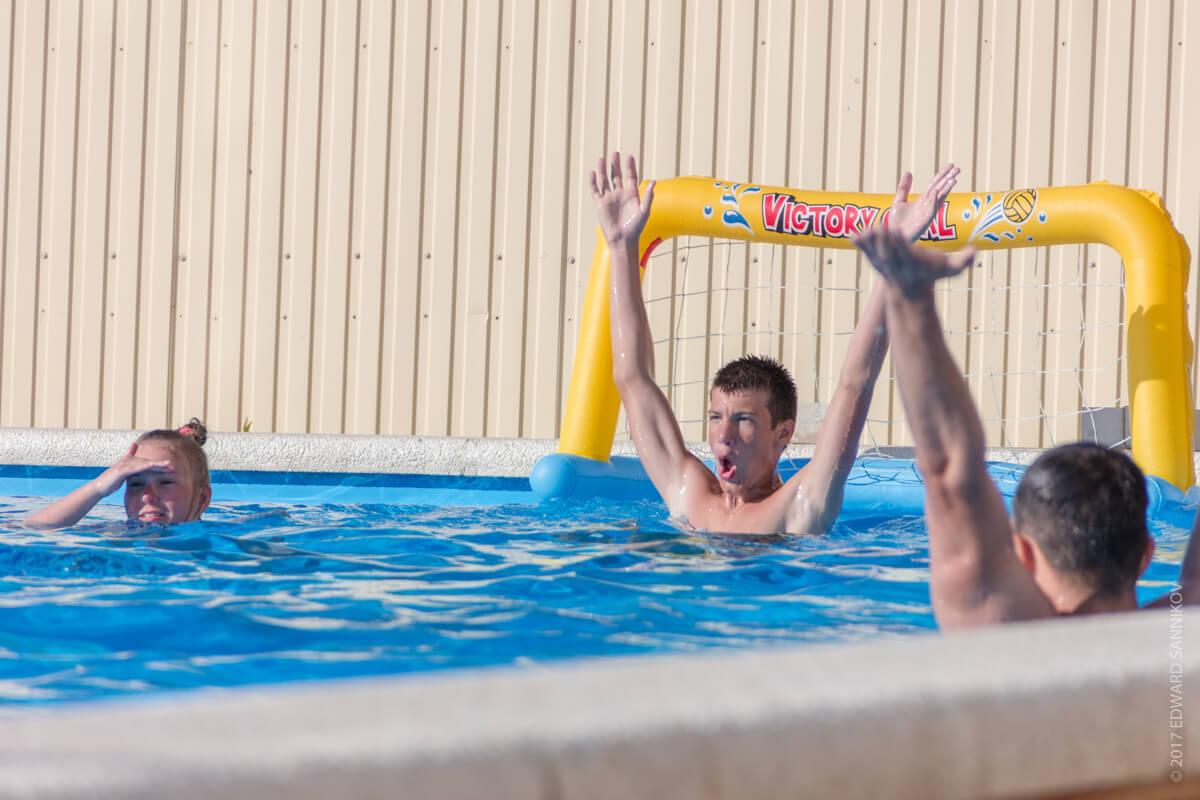 Резвимся в детском бассейне, пока взрослые размеренно плаваю в своем