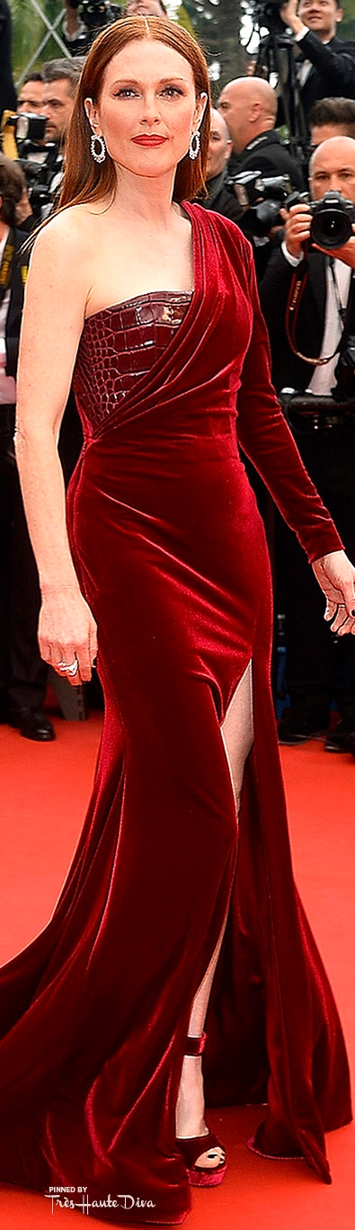 Julianne Moore custom-made Givenchy gown and Chopard jewels