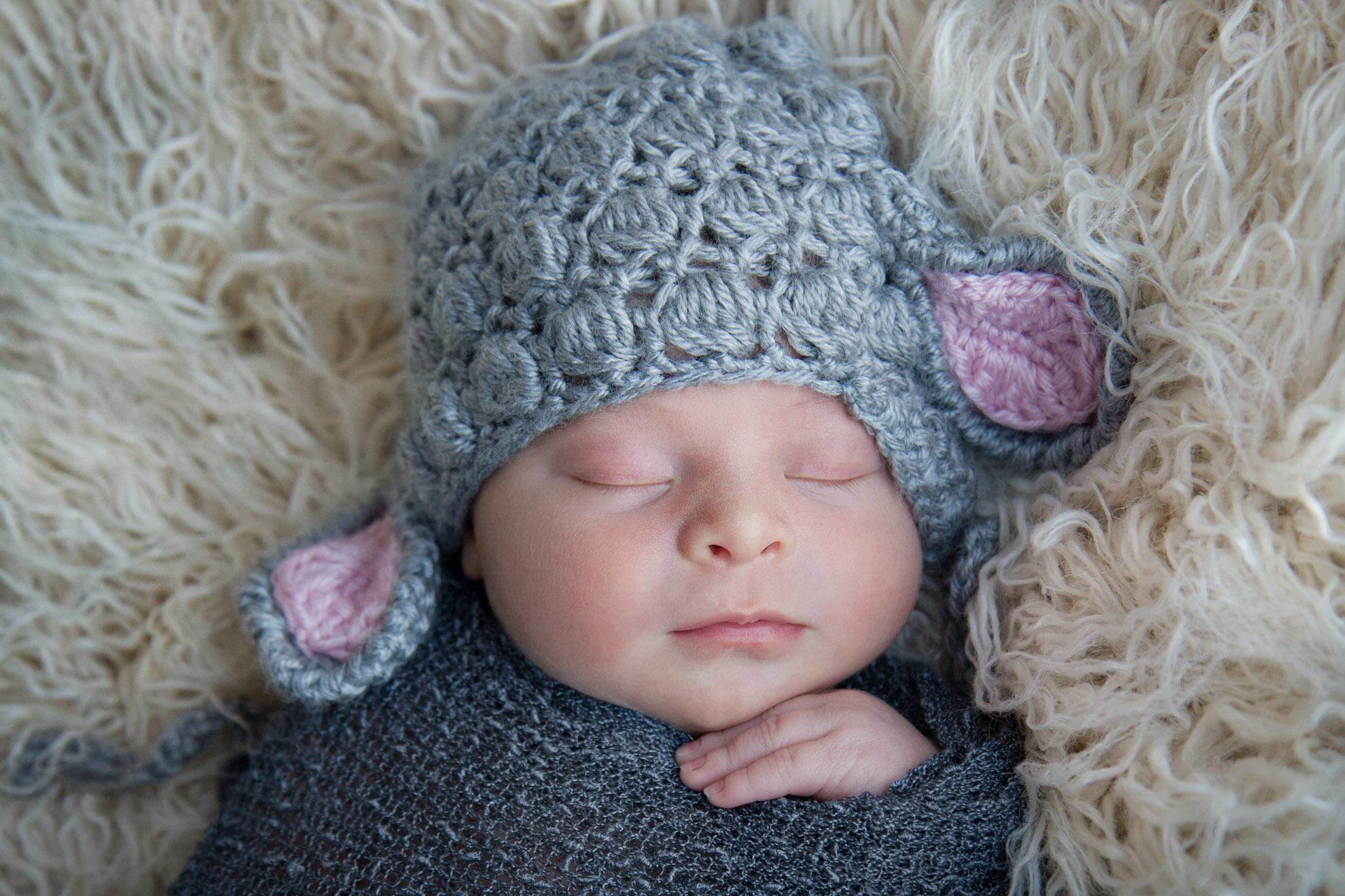 Hamilton-photographer-baby-with-lamb-hat.jpg