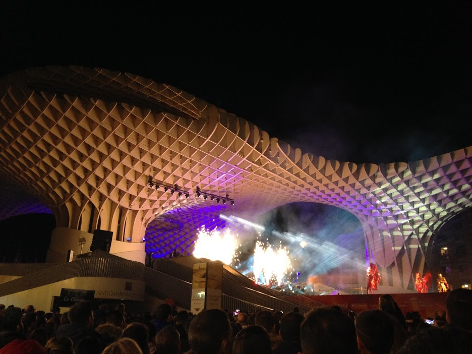 """A traditional """"mapping"""" show with lights, fireworks, music, dancers, and singers. These shows happen around Christmas and New Years all over Sevilla!"""
