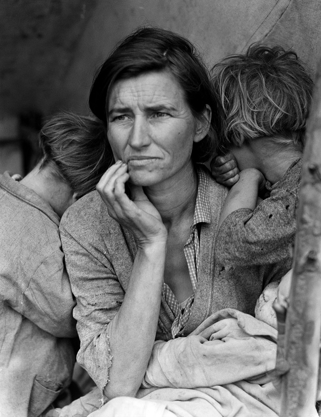 ( Migrant Mother  | Dorothea Lange) This image of destitute migrant worker Florence Thompson with her 7 children has become an icon of resilience in the face of adversity. Taken during the  Great Depression , Thompson was only 32.