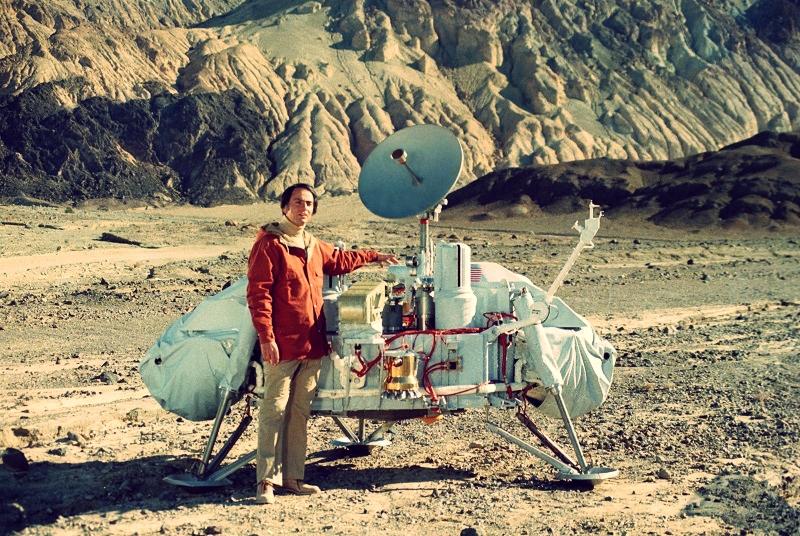 ( Carl Sagan with a model of the Viking lander  | JPL)