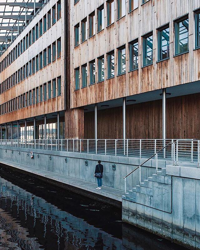 🎧: Maria Tambien - Khruangbin // Oslo lines / Lignes d'Oslo . . . . . #cettesemainesurinstagram #ccunderfollowed #visitoslo #trappingtones #instagood10k #iloveoslo #urbanromantix #oslobilder #fubiz #diggeroslo #Oslo #buildingames #Archi_Features #tv_pointofview #arkiromantix #osloby #ampt #theweekoninstagram #igersoslo #urbanaisle #art_chitecture_ #ongooglemaps #buildingstylesgf #lookingup_architecture #lr_moments #mittoslo #oslove #creative_architecture