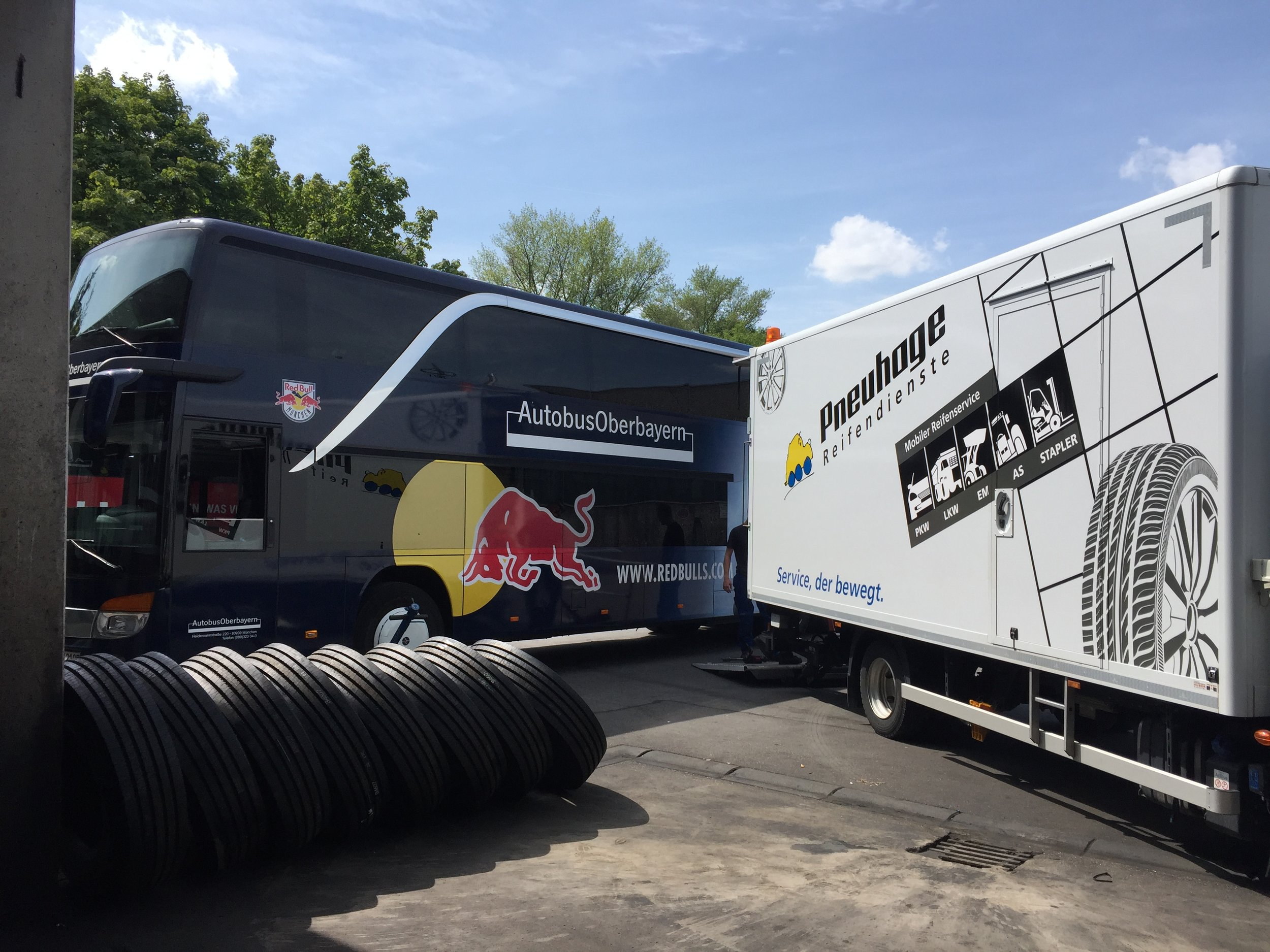 EHC Red Bull München Teambus mit Pneuhage Montagemobil Umrüstung auf YOKOHAMA Busreifen 104ZR