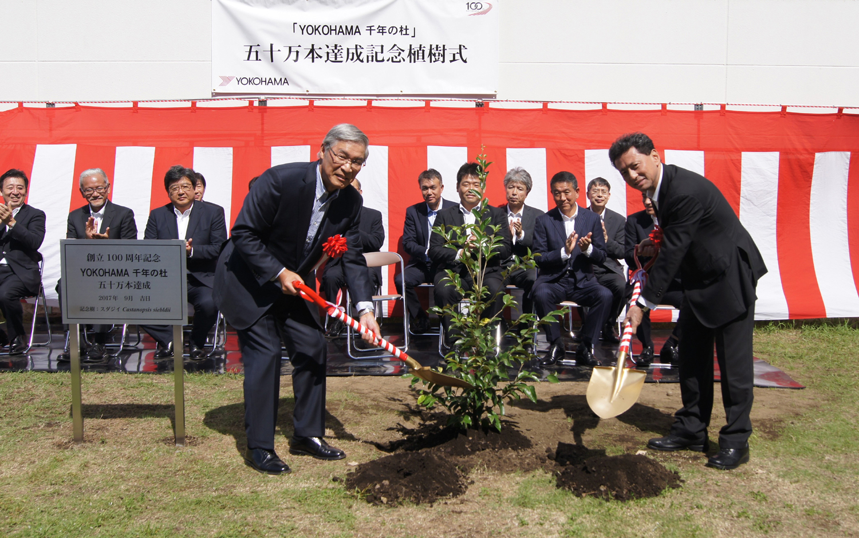Bild links: Chairman Tadanobu Nagumo, Bild rechts: Firmen-Präsident Masataka Yamaishi