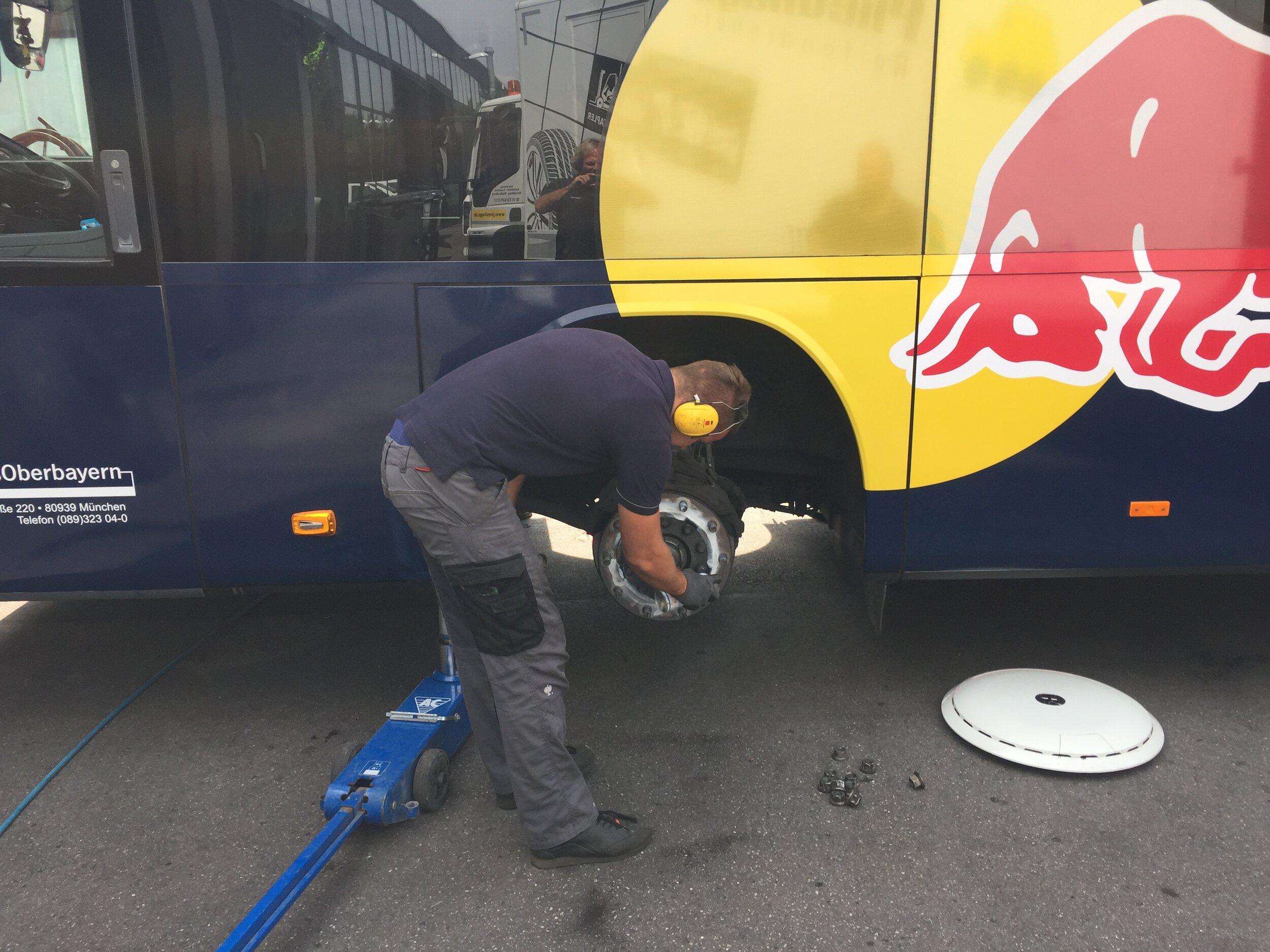 Mannschaftsbus Red Bull Umrüstung