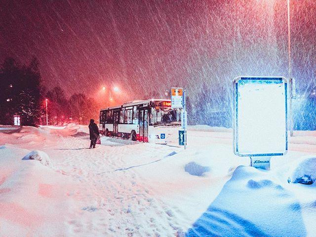 🚌 #eilinjalla #snowland  #visitlähiö #iphonephotography #shotoniphone #lightroomcc #wintervibes #snowflake #jcdecaux #hsl #espoo #myespoo #visitespoo #photography