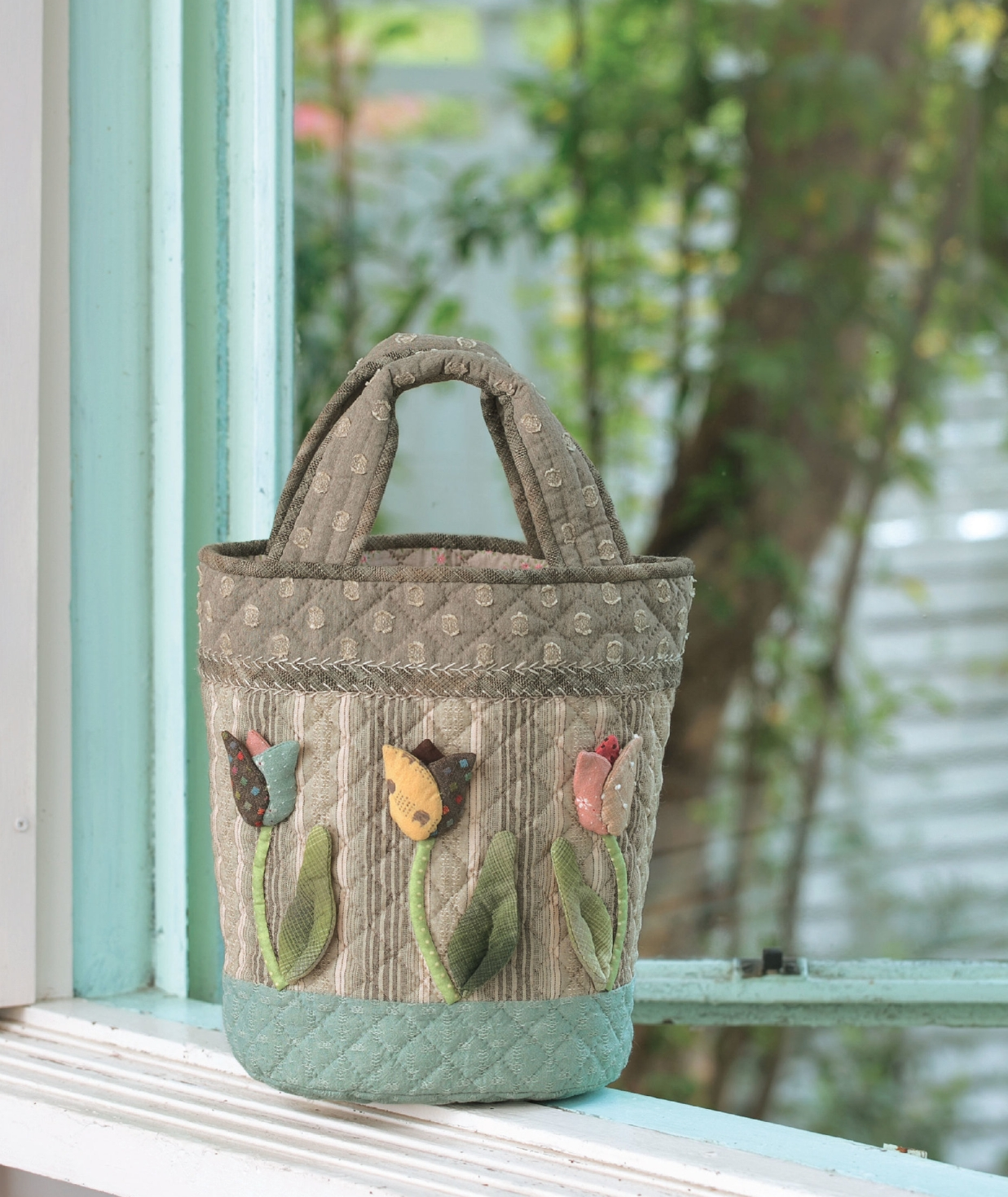 Dancing Tulips Bucket Bag on page 22