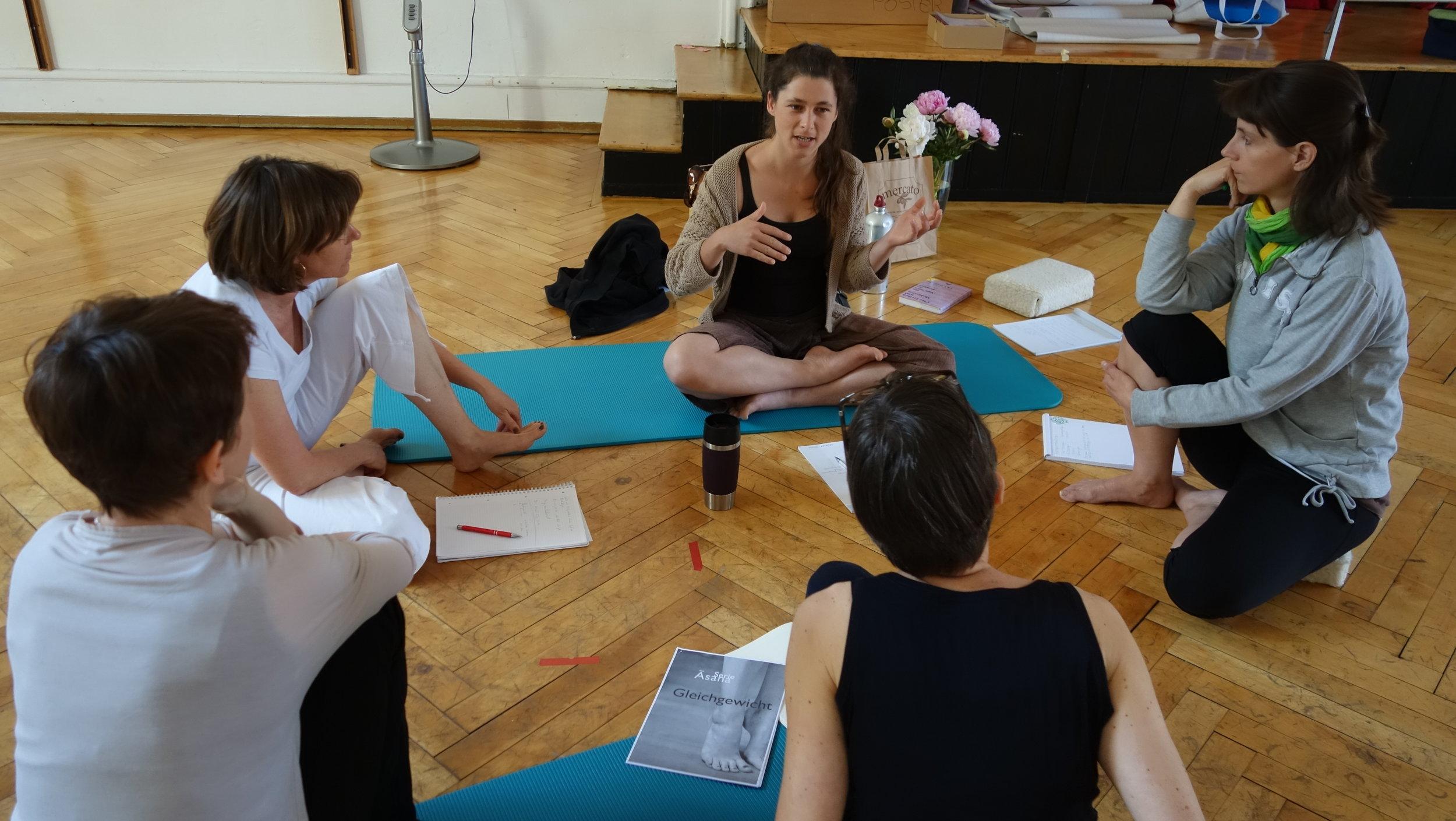 Willst du Fragestellungen aus dem Unterricht diskutieren? Und suchst den Austausch mit YogalehrerInnen? Dann ist die Supervision ein gutes Angebot für dich.