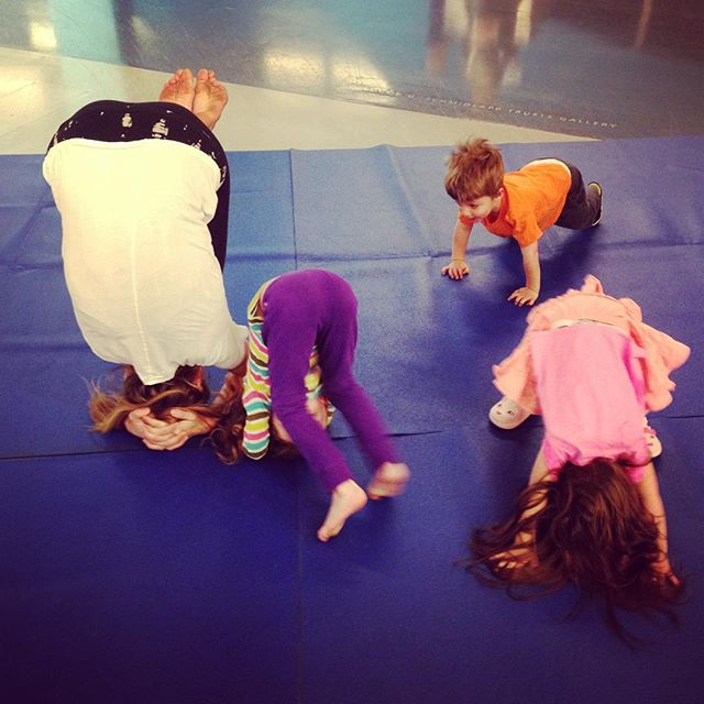 Learning how to do teeny tiny headstands at kids yoga today in the @cincycac's UNmuseum while we were waiting for everyone to come to the mat. 🙆 You can find me there the 1st and 3rd Thursday of every month for Art Play from 10:30-11:30am. #kidsyoga #cac #cincycac