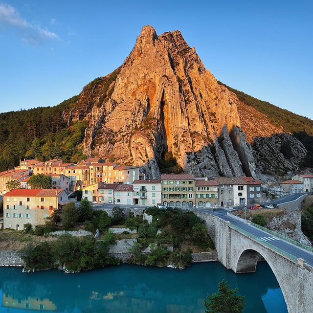 Rocher de la Baume with Durance river below. An impressive site in front of the fortress of Sisteron in Provence. . . . .  #francefr#visitfrance #travelfrance #instafrance #jaimelafrance #beautifulfrance #topfrancephoto #beautifuldestinations #roamtheplanet #stayandwander #wildernessculture #liveoutdoors #discoverearth #modernwild #thegreatoutdoors #teamcanon #canadiancreatives #sisteron #provence #provencealpescôtedazur #provencealpescotedazur #alpesdehauteprovence #durance #duranceriver #unlimitedprovence #rocherdelabaume