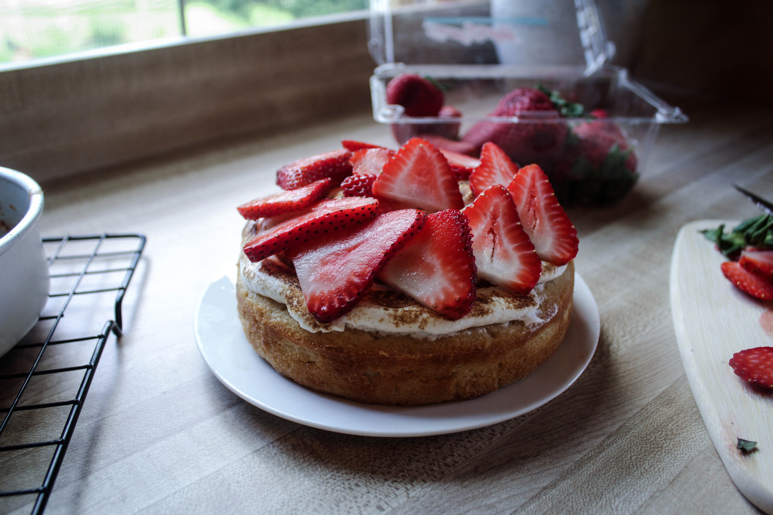 Meringue and Strawberry Mini Cake