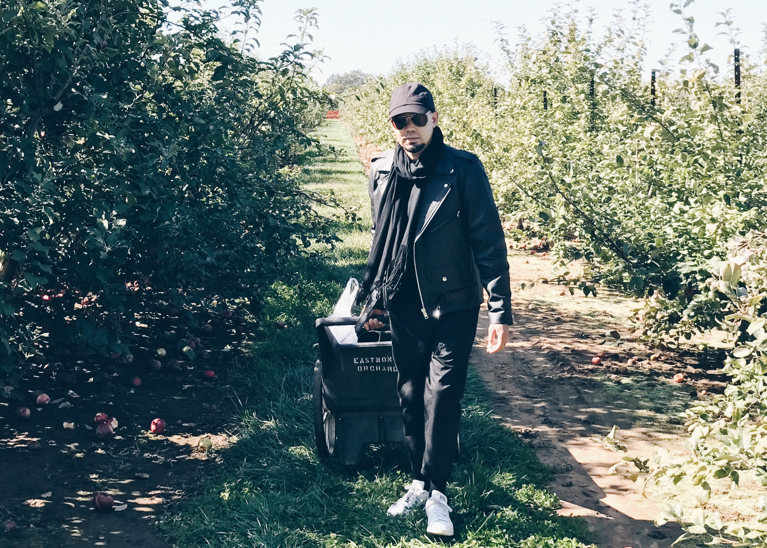 sam-c-perry-apple-and-pumpkin-picking-delicious-orchards-apple-tart-cart-pull.jpg