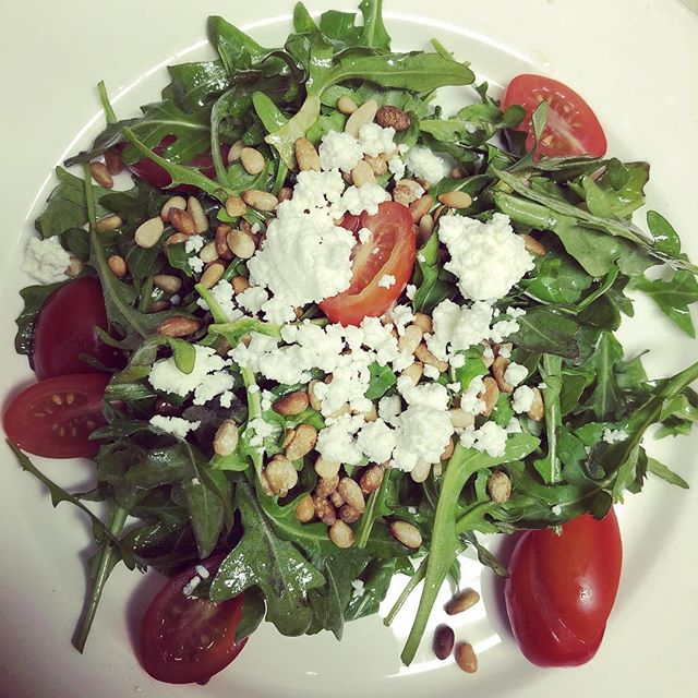 Arugula salad with goat cheese, pine nuts & cherry tomatoes
